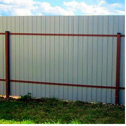 Забор из профлиста на 2 лагах вертикальный