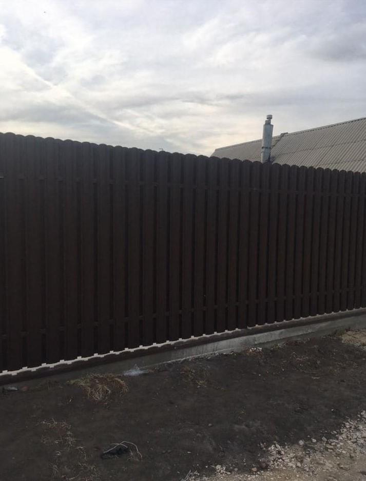 Высокий забор из евроштакетника