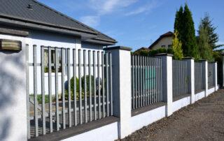 Забор отделан мозаичной силикатной штукатуркой