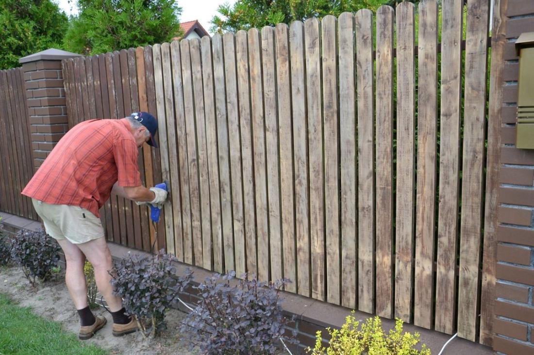 Забор из клинкерного кирпича и ольховых реек